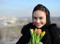 девушка и тюльпаны