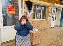 пенсионерка возле магазина