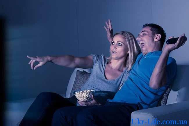 муж и жена смотрит фильм